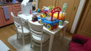 四人掛けダイニングテーブルセット、子供用おもちゃ数点、加湿器 です。引取ました!